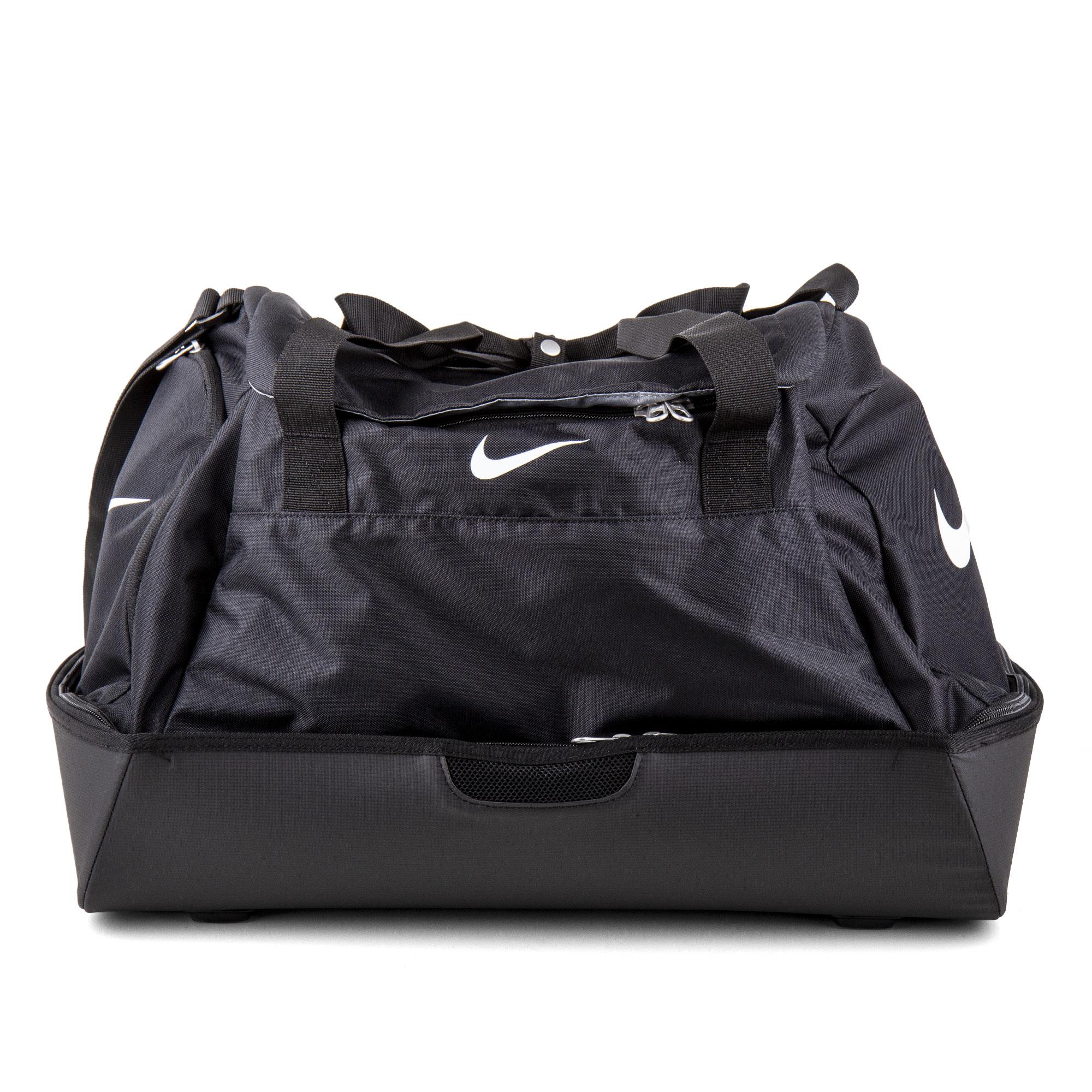 ec0d8e69d8 ... NIKE Ce sac de sport de training pour hommes à été conçu pour  transporter toutes vos affaires de football. Ses différentes poches zippées  vous aideront ...